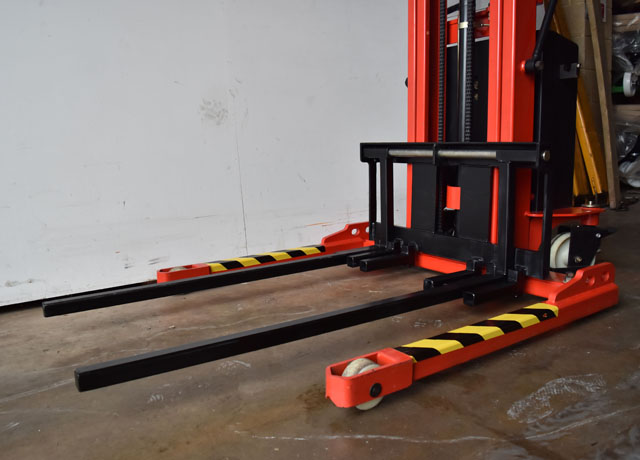 Straddle Stacker with Double Boom